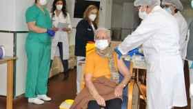 Benilde Domingo, primera vacunada contra la Covid-19 en la provincia de Castellón. EE