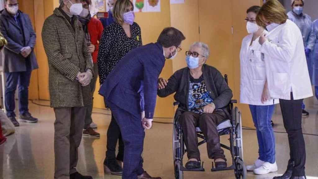 Pere Aragonès con Josefa Pérez, la primera vacunada en Cataluña.
