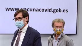 Salvador Illa, ministro de Sanidad, y Fernando Simón, director del CCAES, en la sala de prensa de Moncloa.