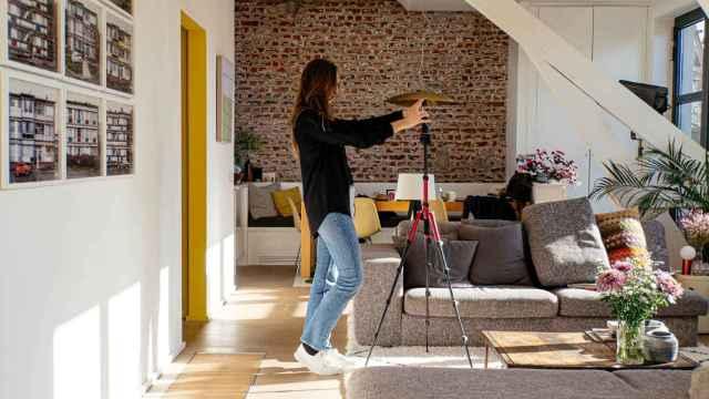 Una agente inmobiliario utiliza la app de Nodalview para crear un tour virtual en una casa.