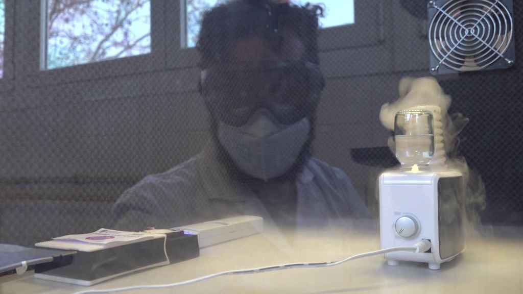 Un investigador observa el biosensor másico.