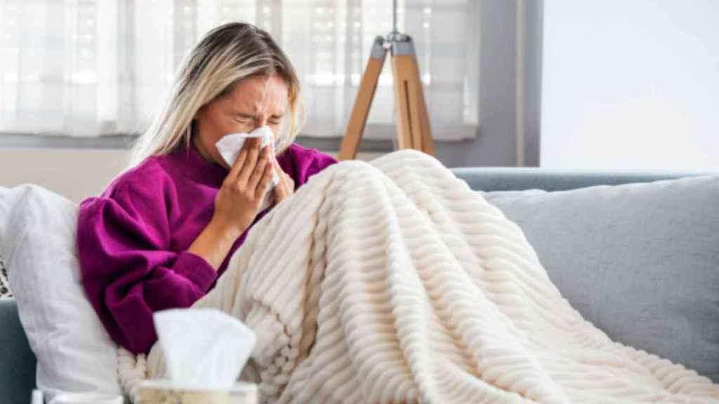 Mujer con un resfriado.