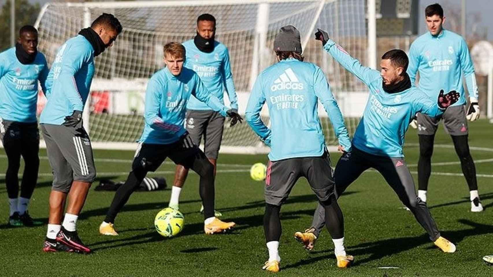 Los jugadores del Real Madrid, realizando un rondo en un entrenamiento