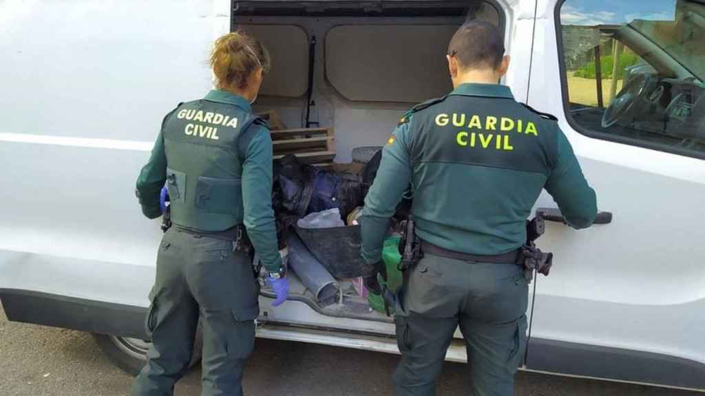 Agentes de la Guardia Civil en pleno trabajo.
