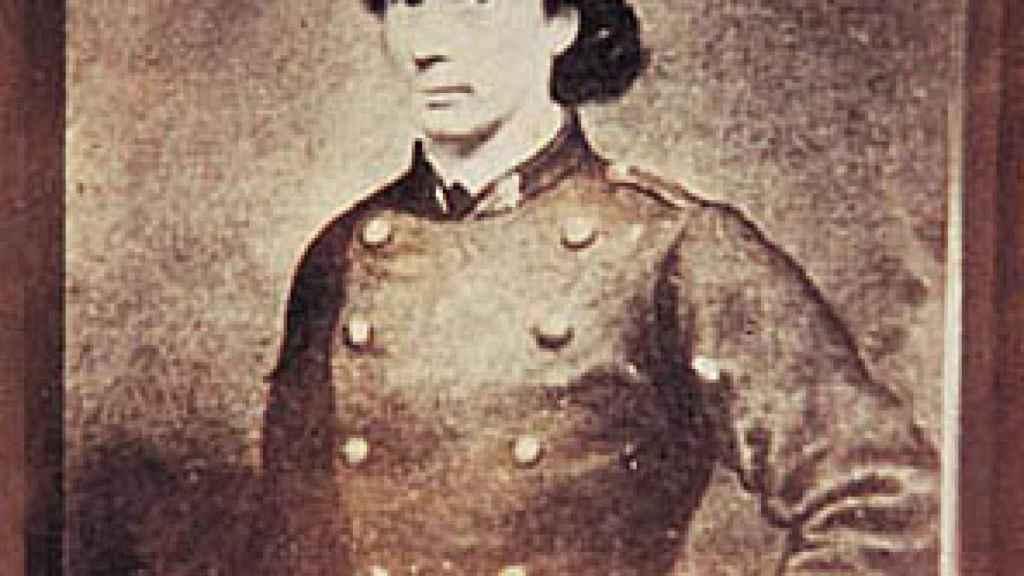 Louise Michel con el uniforme de guarda nacional.