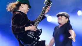 Angus Young (AC/DC) toda su guitarra Gibson.