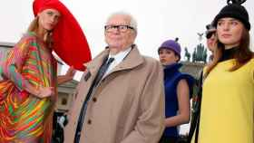 Pierre Cardin, junto a modelos vestidas con algunas de sus creaciones.