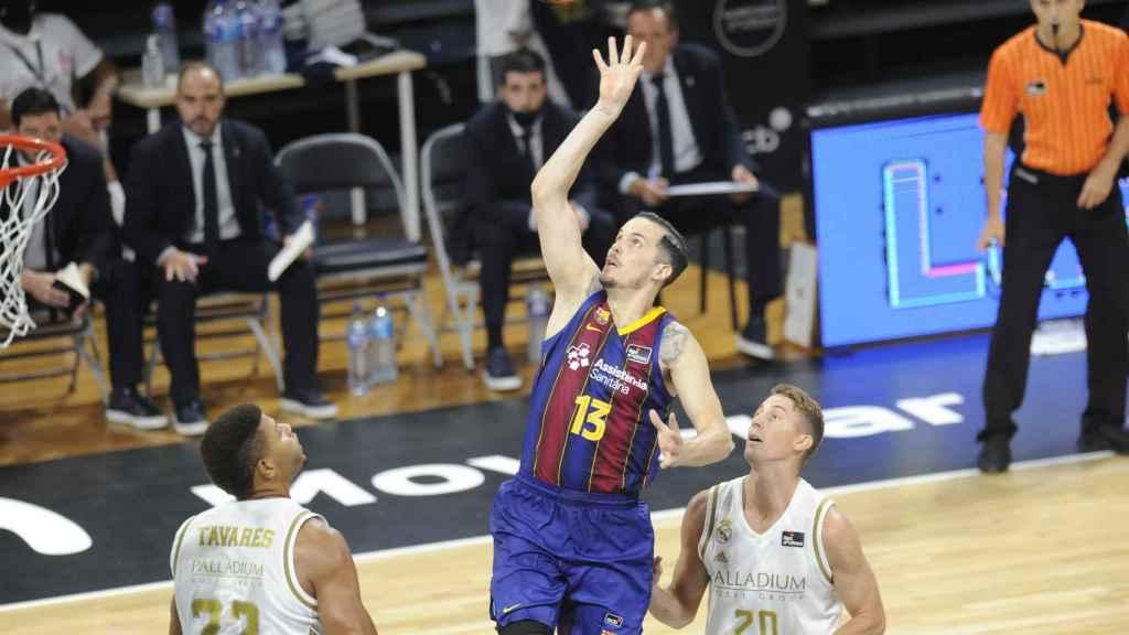 Heurtel anotando en El Clásico de Real Madrid y Barcelona en la Supercopa