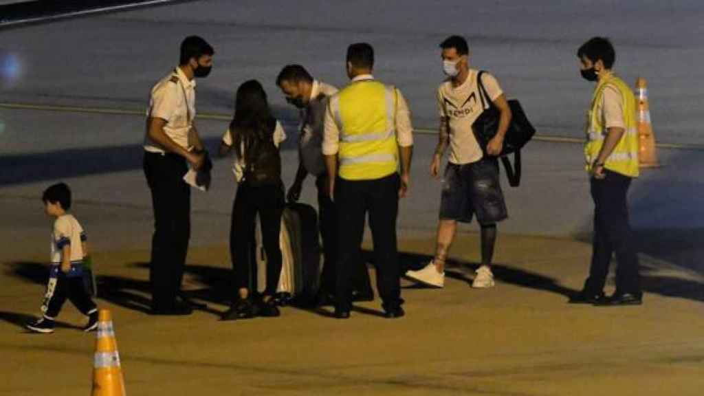 Leo Messi subiendo al avión en Argentina