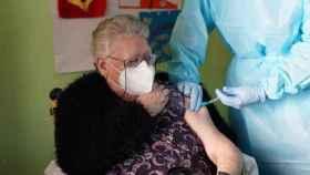 Isabel, de 72 años, primera residente vacunada en Sevilla.