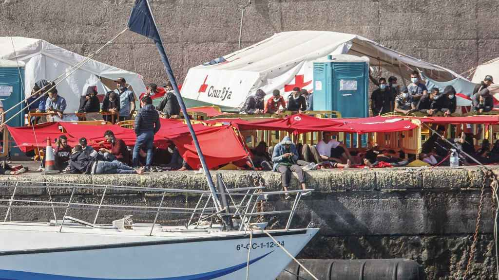 Inmigrantes en el muelle de Arguineguín (Gran Canaria).