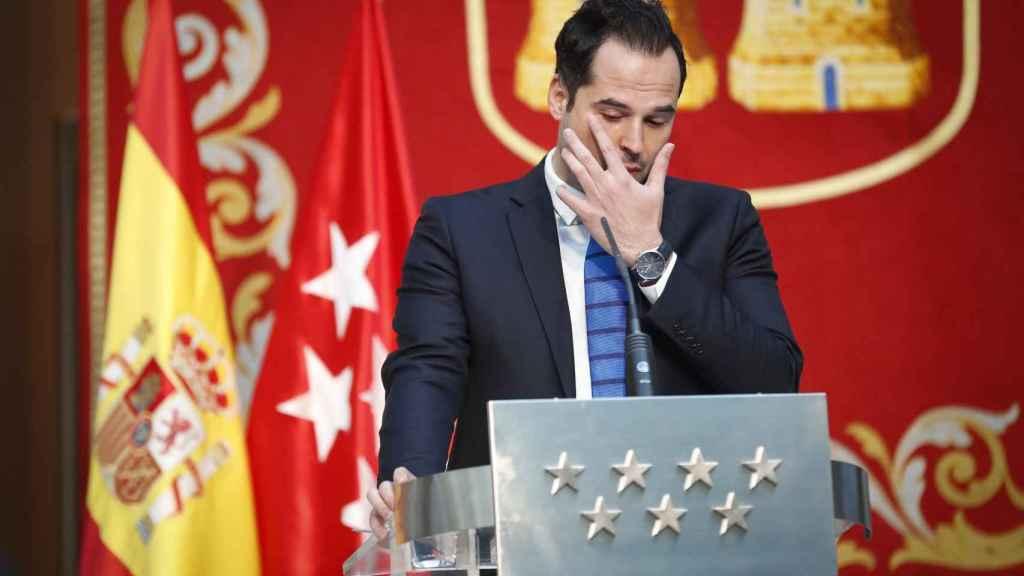 Ignacio Aguado, secándose las lágrimas en plena rueda de prensa.
