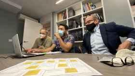 Tres de los mentores altruistas colaborando con la asociación Con Valores.