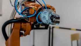 Brazo robótico en una fábrica.