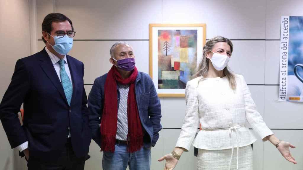 De izquierda a derecha, el presidente de CEOE, Antonio Garamendi; el líder de UGT, Pepe Álvarez; y la ministra de Trabajo, Yolanda Díaz.