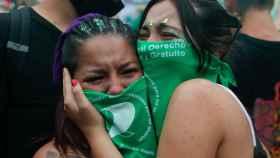 Dos manifestantes a favor del la ley del aborto en Argentina.