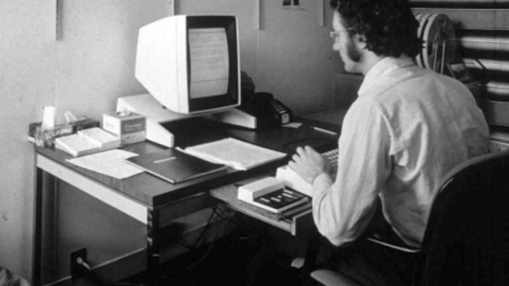 Larry Tesler, creador del copia y pega, usando un ordenador Xerox