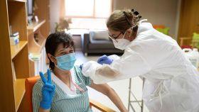Una trabajadora de la Residencia Domusvi de Alcalá de Henares (Madrid), recibiendo la vacuna.