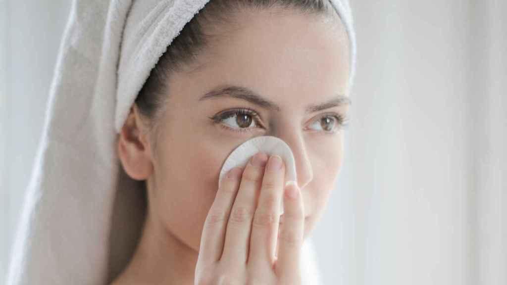 Es importante aplicar los cosméticos de forma correcta para evitar la formación de arrugas.