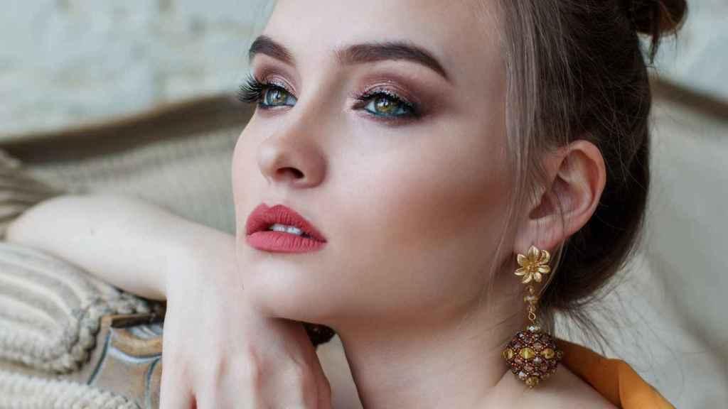 En tonos dorados y un suave delineado se convierte en el maquillaje más natural.
