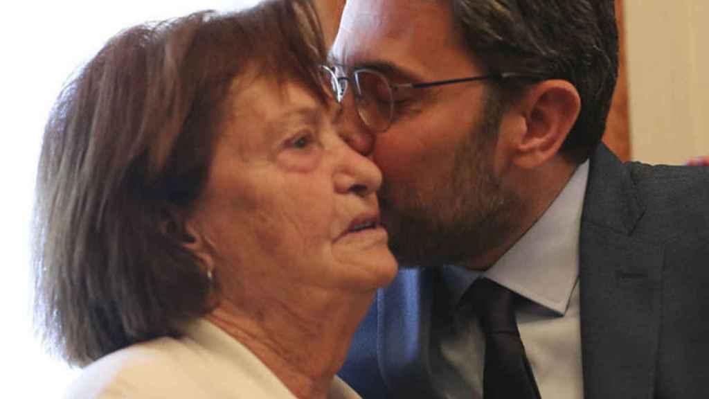 Máximo con su madre el día que tomó posesión del cargo como ministro.