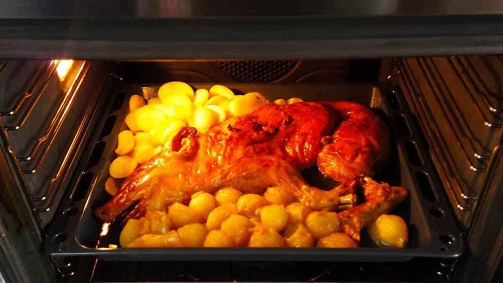 El cochinillo asado con patatas y cebollitas de Mercadona, terminando de hacerse durante 30 minutos en el horno.