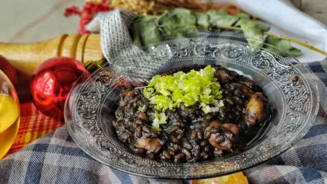 Arroz negro meloso de chipirones y puerro