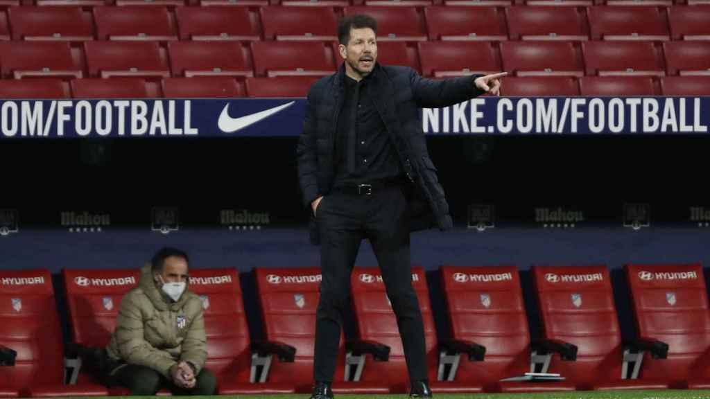 El 'Cholo' Simeone da órdenes a sus jugadores desde la banda del Wanda Metropolitano