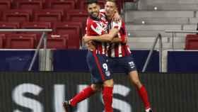 Luis Suárez celebra con Marcos Llorente su gol al Getafe