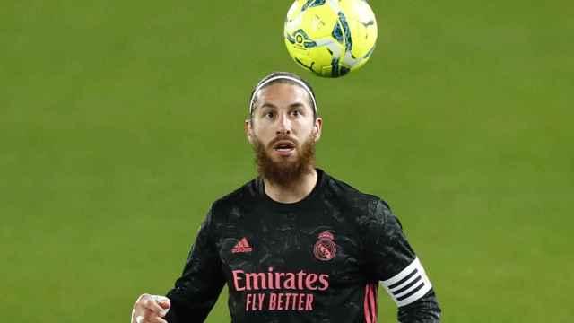 Sergio Ramos controla un balón