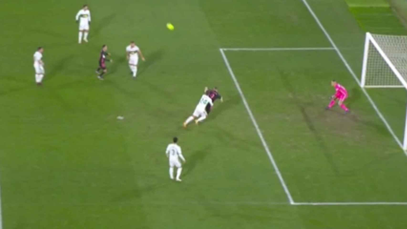 Penalti no pitado sobre Benzema