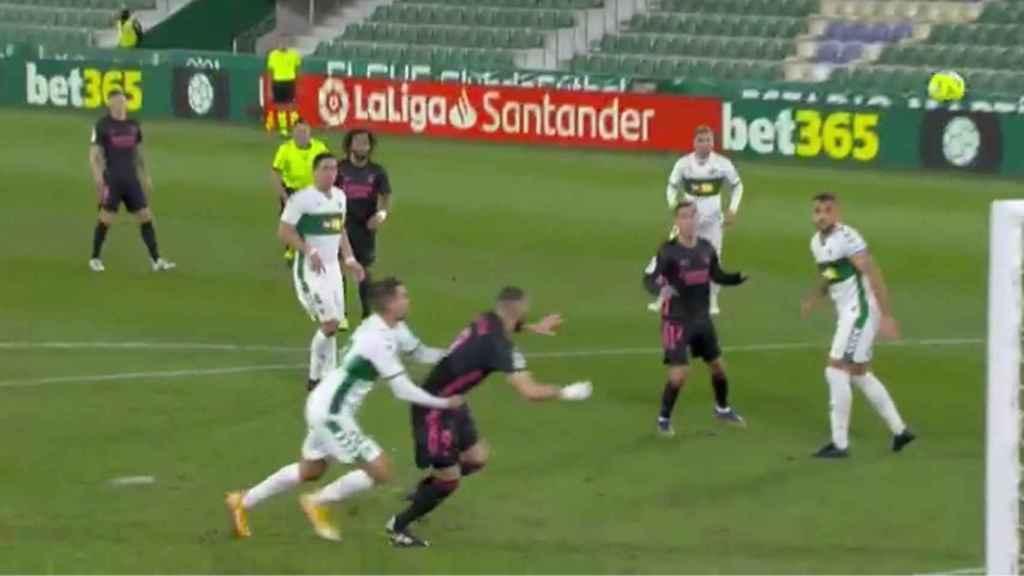 Elche - Real Madrid: Así fue el penalti a Benzema que ni Figueroa Vázquez  ni el VAR pitaron