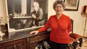 María José Navarro Azaña, en su casa de Alcalá de Henares, junto a una foto del tío Manolo.