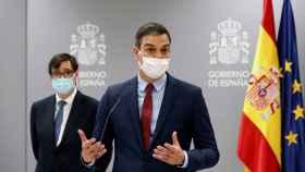 Pedro Sánchez, durante una rueda de prensa en Moncloa, frente a Salvador Illa.