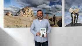 El autor, Paco Bree, junto a su primera novela de ciencia ficción, Koji Neon: Neolud