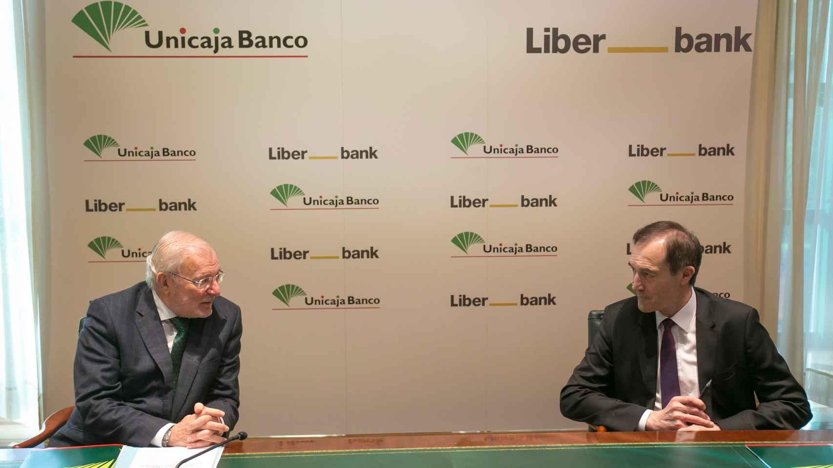 Manuel Azuaga, presidente de Unicaja, y Manuel Menéndez, CEO de Liberbank.