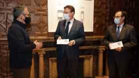 El síndico Vicent Cucarella entrega su informe al presidente Ximo Puig y al consejero Vicent Soler. EE