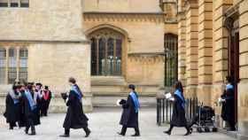 Estudiantes en una ceremonia de graduación en la Universidad de Oxford.