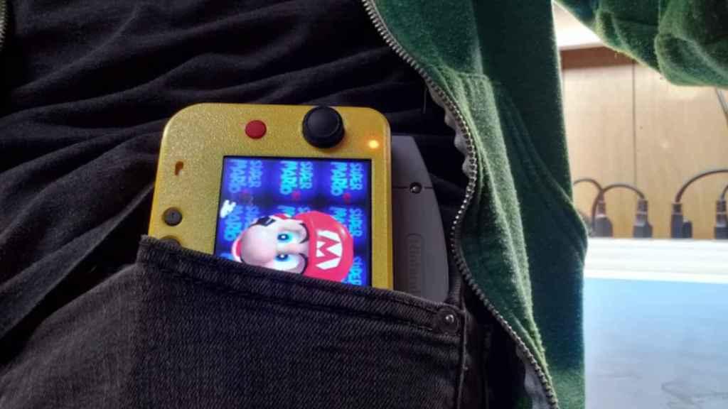 La Nintendo 64 portátil cabe en el bolsillo de un pantalón.