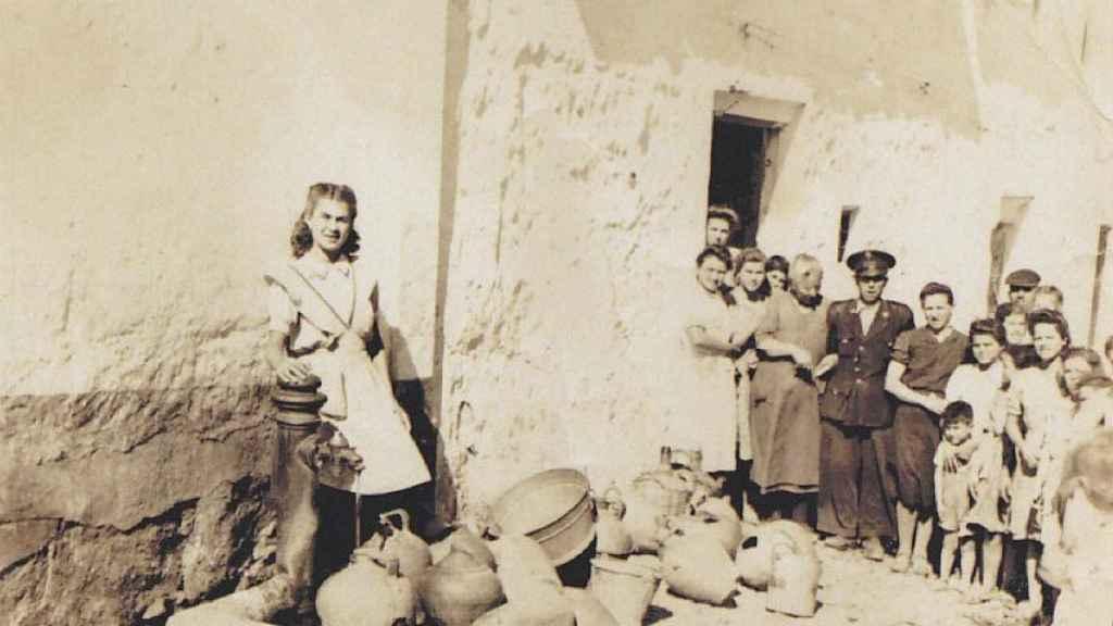 Buensuceso, en la fuente de su pueblo, en 1947, cuando no había agua corriente en las casas - Del archivo de Manuel Velasco Haro.