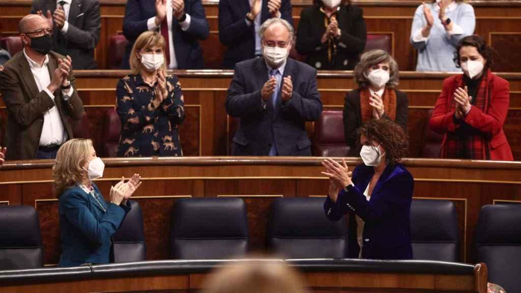 La vicepresidenta tercera del Gobierno, Nadia Calviño, y la ministra de Hacienda y portavoz del Gobierno, María Jesús Montero, durante la primera fase de tramitación de la ley de Presupuestos en el Congreso.
