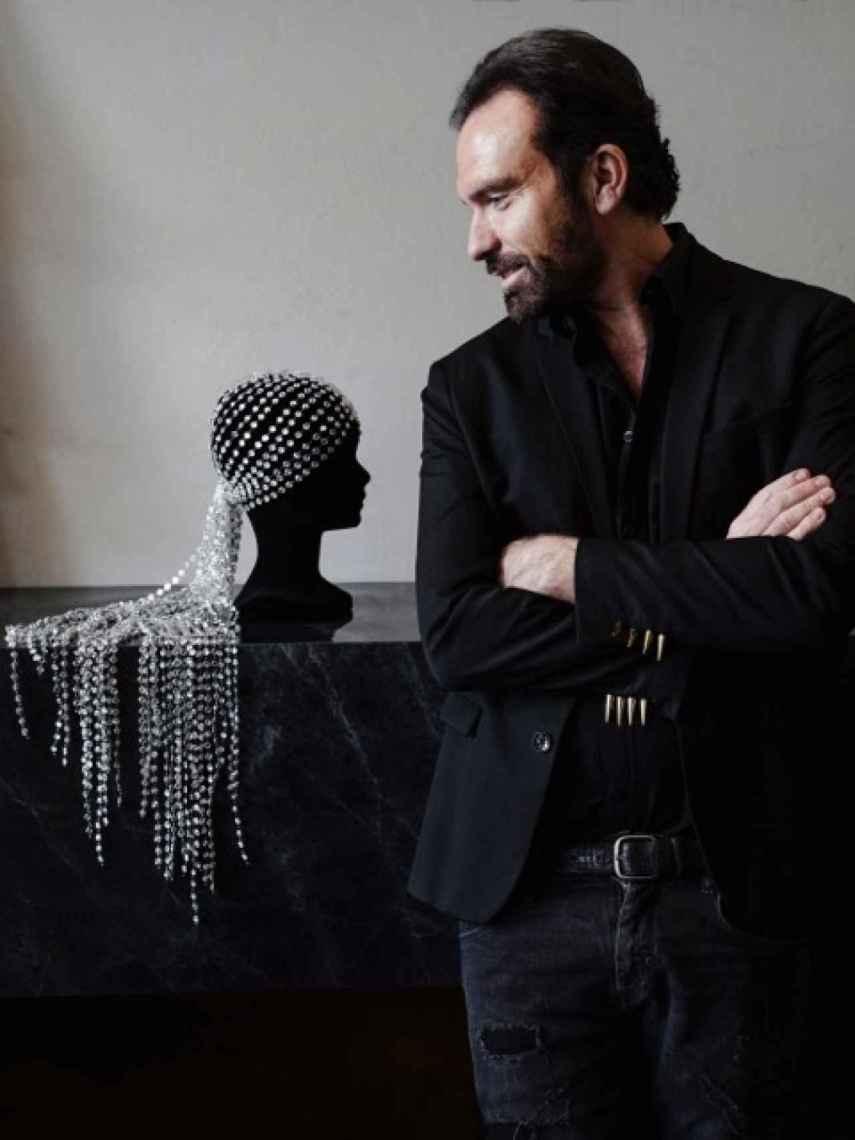 El diseñador Olivier Bernoux con su impresionante creación de 2021 cristales.