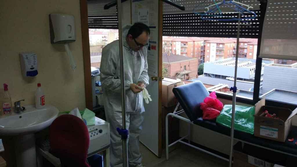 Tomás Segura, en la sala de sucio del hospital.