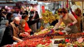 Puesto de frutas y verduras en el Mercado Central de Valencia. EFE/Kai Fosterling.