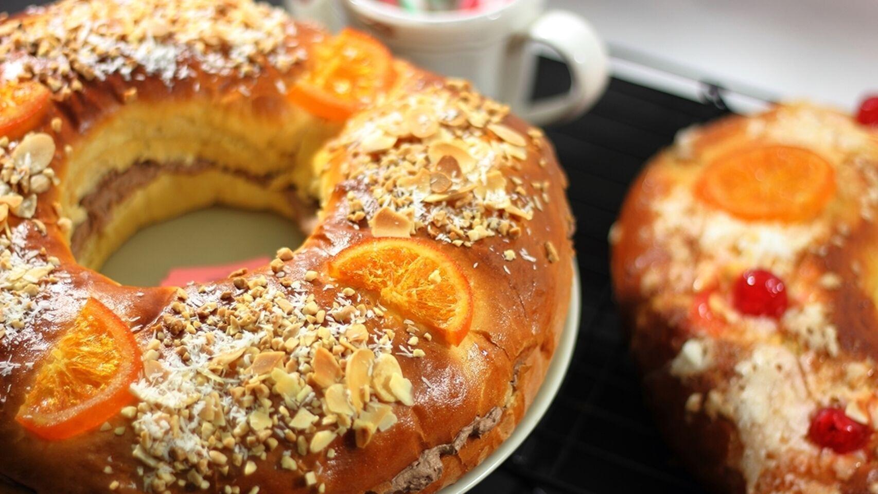 Dos roscones de Reyes rellenos con fruta escarchada y almendras.