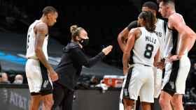 Becky Hammon dirigiendo a los San Antonio Spurs