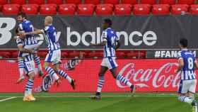 Portu celebra su gol al Athletic con sus compañeros de la Real Sociedad