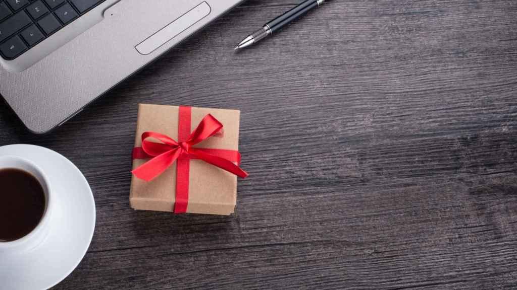 Un paquete de regalo en una mesa de trabajo.
