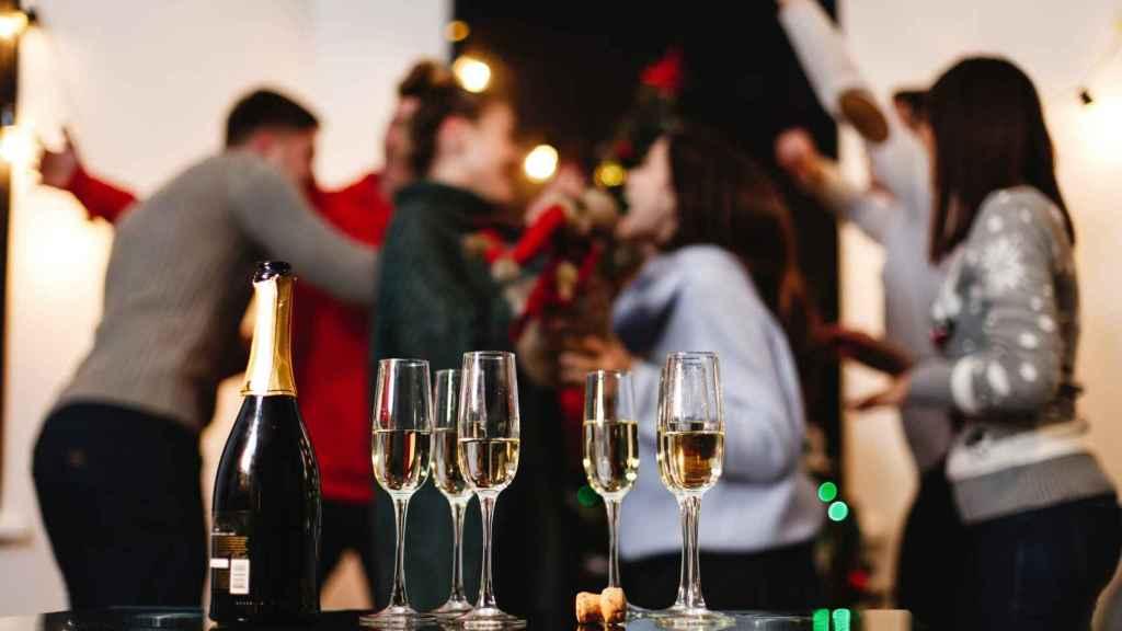 Un grupo de personas da la bienvenida al nuevo año.