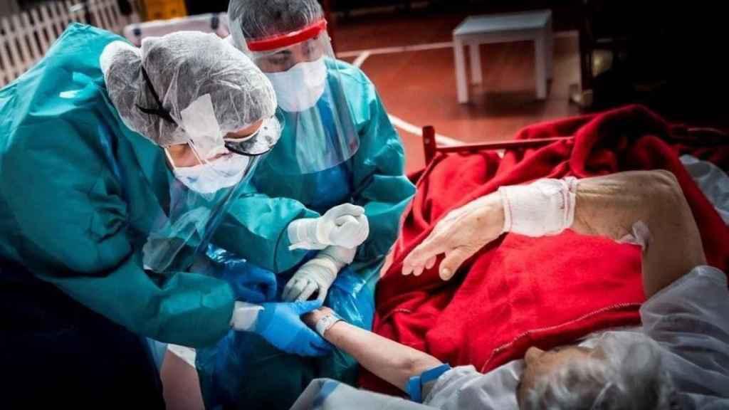Sanitarios españoles atienden a una paciente de Covid-19.